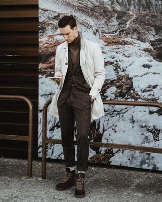 Wie kombinieren: weißer Trenchcoat, dunkelbrauner Wollanzug, dunkelbrauner Rollkragenpullover, dunkelbraune Wildlederfreizeitstiefel
