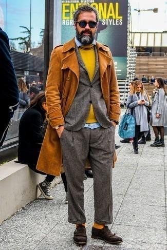 Rotbraune Socken kombinieren – 312 Herren Outfits: Ein rotbrauner Trenchcoat und rotbraune Socken vermitteln eine sorglose und entspannte Atmosphäre. Komplettieren Sie Ihr Outfit mit dunkelbraunen Monks aus Wildleder, um Ihr Modebewusstsein zu zeigen.