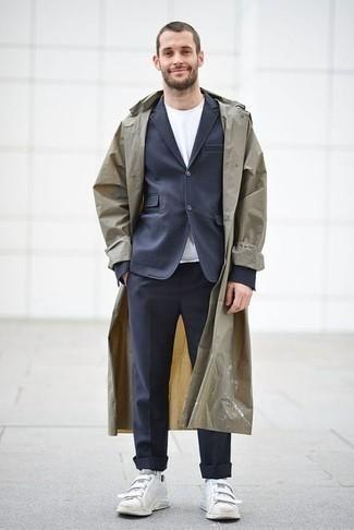 Beige Trenchcoat kombinieren – 427 Herren Outfits: Kombinieren Sie einen beige Trenchcoat mit einem dunkelblauen Anzug für eine klassischen und verfeinerte Silhouette. Weiße Segeltuch niedrige Sneakers leihen Originalität zu einem klassischen Look.