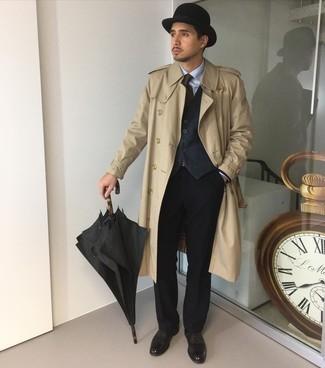 Schwarze Leder Oxford Schuhe kombinieren – 500+ Herren Outfits: Kombinieren Sie einen beige Trenchcoat mit einem schwarzen Anzug für einen stilvollen, eleganten Look. Schwarze Leder Oxford Schuhe sind eine kluge Wahl, um dieses Outfit zu vervollständigen.