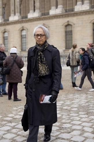 Schwarzen Schal kombinieren: trends 2020: Für ein bequemes Couch-Outfit, tragen Sie einen schwarzen Trenchcoat und einen schwarzen Schal. Fühlen Sie sich mutig? Wählen Sie schwarzen Leder Derby Schuhe.