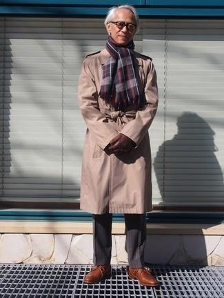 Transparente Sonnenbrille kombinieren – 500+ Herren Outfits: Für ein bequemes Couch-Outfit, kombinieren Sie einen beige Trenchcoat mit einer transparenten Sonnenbrille. Fühlen Sie sich mutig? Komplettieren Sie Ihr Outfit mit braunen Leder Derby Schuhen.