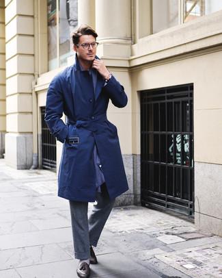 Wie kombinieren: dunkelblauer Trenchcoat, dunkelgraue Wollanzughose, schwarze Leder Slipper mit Quasten, dunkelblauer Schal