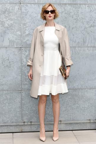 Wie kombinieren: hellbeige Trenchcoat, weißes ausgestelltes Kleid, hellbeige Leder Pumps, goldene Leder Clutch