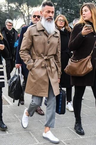Weiße Leder niedrige Sneakers kombinieren: elegante Outfits: trends 2020: Kombinieren Sie einen beige Trenchcoat mit einer grauen Anzughose, um vor Klasse und Perfektion zu strotzen. Wählen Sie die legere Option mit weißen Leder niedrigen Sneakers.