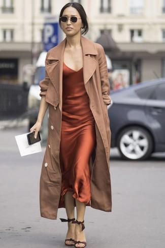 Kombinieren Sie einen beige trenchcoat mit einer schwarzen sonnenbrille für einen für die Arbeit geeigneten Look. Dieses Outfit passt hervorragend zusammen mit dunkelbraunen wildleder sandaletten.