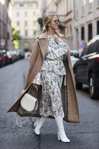 Wie kombinieren: beige Trenchcoat, weißes Midikleid mit Blumenmuster, weiße Leder mittelalte Stiefel, weiße Leder Umhängetasche