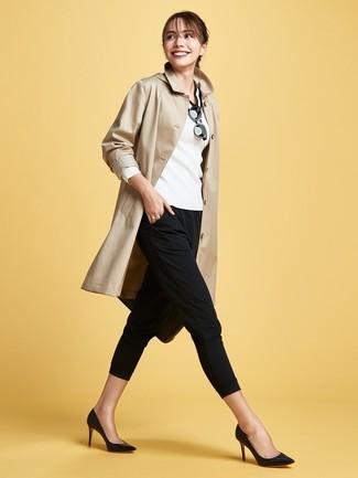 Wie kombinieren: beige Trenchcoat, weißer und schwarzer Pullover mit einem V-Ausschnitt, schwarze enge Hose, schwarze Leder Pumps
