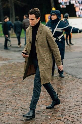 Wie kombinieren: beige Trenchcoat mit Schottenmuster, schwarzer Rollkragenpullover, dunkelgraue Wollanzughose, schwarze Chelsea-Stiefel aus Leder