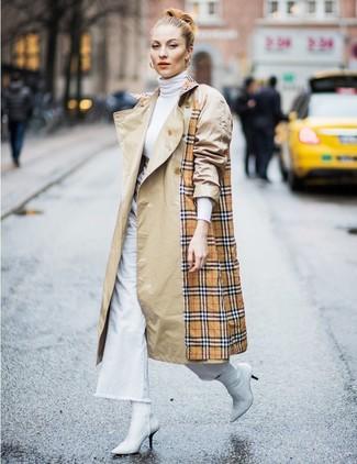 Wie kombinieren: beige Trenchcoat mit Schottenmuster, weißer Rollkragenpullover, weiße weite Hose aus Jeans, weiße Leder Stiefeletten