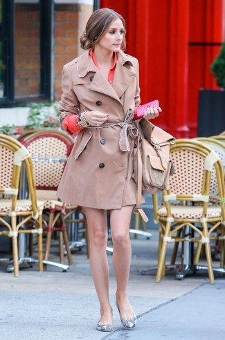 Olivia Palermo trägt Beige Trenchcoat, Orange Shirtkleid, Graue Leder Ballerinas mit Schlangenmuster, Beige Leder Rucksack