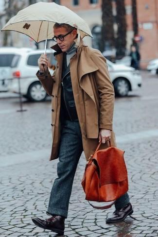 Wie kombinieren: brauner Trenchcoat, schwarze Leder Bikerjacke, grauer Rollkragenpullover, dunkelgraue Wollanzughose