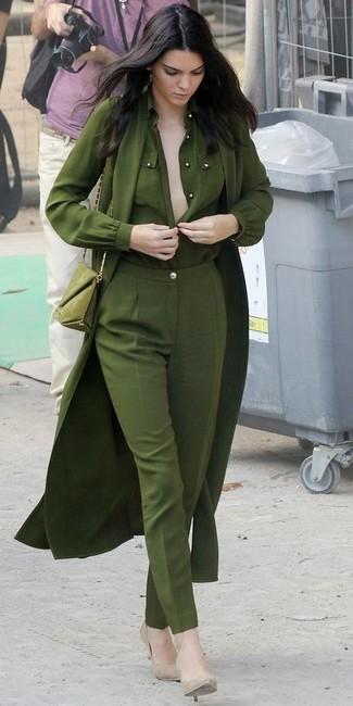 Kendall Jenner trägt Olivgrüner leichter Trenchcoat, Olivgrüne Bluse mit Knöpfen, Olivgrüne Anzughose, Hellbeige Leder Pumps