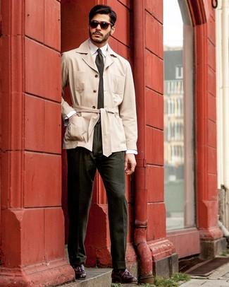Dunkelgrüne Krawatte kombinieren: Vereinigen Sie einen hellbeige Trenchcoat mit einer dunkelgrünen Krawatte für einen stilvollen, eleganten Look. Suchen Sie nach leichtem Schuhwerk? Vervollständigen Sie Ihr Outfit mit dunkelroten Leder Slippern mit Quasten für den Tag.
