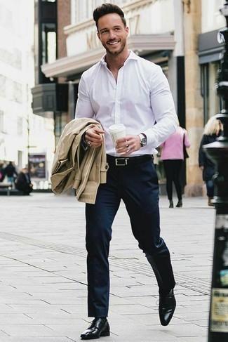 Dunkelblaue Anzughose kombinieren: trends 2020: Erwägen Sie das Tragen von einem beige Trenchcoat und einer dunkelblauen Anzughose für einen stilvollen, eleganten Look. Fühlen Sie sich mutig? Wählen Sie schwarzen Leder Derby Schuhe.
