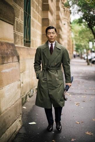 Fliege kombinieren – 335 Herren Outfits: Für ein bequemes Couch-Outfit, paaren Sie einen olivgrünen Trenchcoat mit einer Fliege. Fühlen Sie sich mutig? Entscheiden Sie sich für dunkelbraunen Leder Oxford Schuhe.