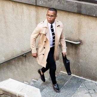 Schwarze Leder Slipper kombinieren – 500+ Herren Outfits: Kombinieren Sie einen hellbeige Trenchcoat mit einer schwarzen Anzughose für eine klassischen und verfeinerte Silhouette. Bringen Sie die Dinge durcheinander, indem Sie schwarzen Leder Slipper mit diesem Outfit tragen.