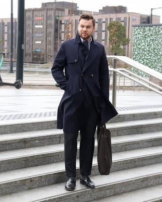 Taschen kombinieren – 500+ Herren Outfits: Für ein bequemes Couch-Outfit, erwägen Sie das Tragen von einem dunkelblauen Trenchcoat und Taschen. Entscheiden Sie sich für schwarzen Leder Slipper, um Ihr Modebewusstsein zu zeigen.
