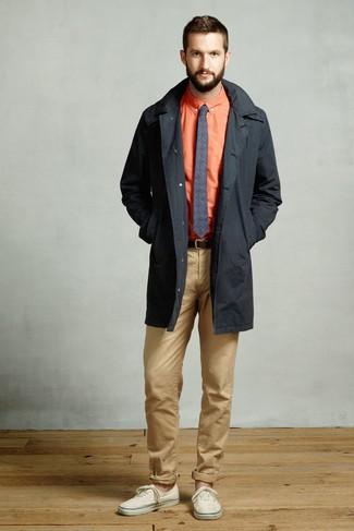 Wie kombinieren: schwarzer Trenchcoat, orange Businesshemd, beige Chinohose, hellbeige Segeltuch niedrige Sneakers