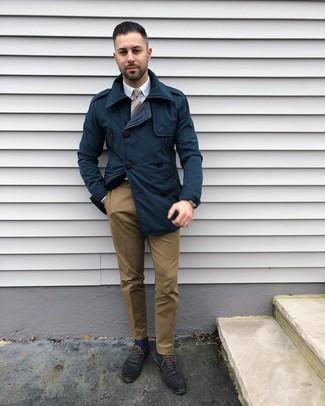 Wie kombinieren: dunkelblauer Trenchcoat, weißes Businesshemd, braune Chinohose, dunkelblaue Leder Oxford Schuhe