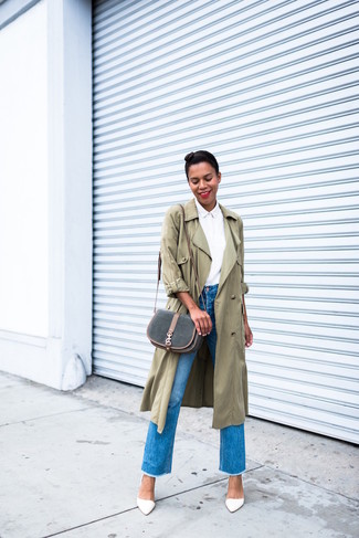 Wie kombinieren: olivgrüner Trenchcoat, weißes Businesshemd, blaue Fransen Jeans, weiße Leder Pumps