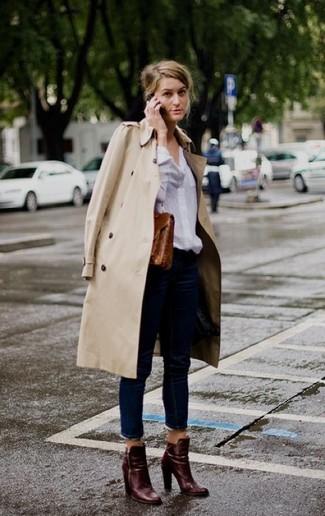 Die Vielseitigkeit von einem hellbeige Trenchcoat und dunkelblauen Jeans machen sie zu einer lohnenswerten Investition. Dunkelrote Leder Stiefeletten sind eine großartige Wahl, um dieses Outfit zu vervollständigen.