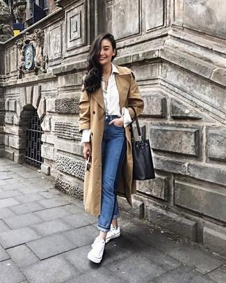 Ein beige trenchcoat und eine schwarze leder beuteltasche sind eine Kombination, die jedes stylische Mädchen in ihrem Kleiderschrank haben sollte. Warum kombinieren Sie Ihr Outfit für einen legereren Auftritt nicht mal mit weißen segeltuch niedrigen sneakers?