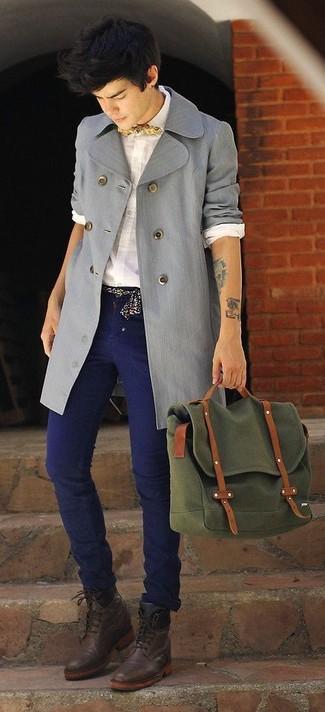 Wie kombinieren: grauer Trenchcoat, weißes Businesshemd, dunkelblaue Jeans, dunkelbraune Lederformelle stiefel