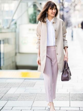Wie kombinieren: hellbeige Trenchcoat, weißes Businesshemd, rosa Karottenhose, silberne Leder Ballerinas