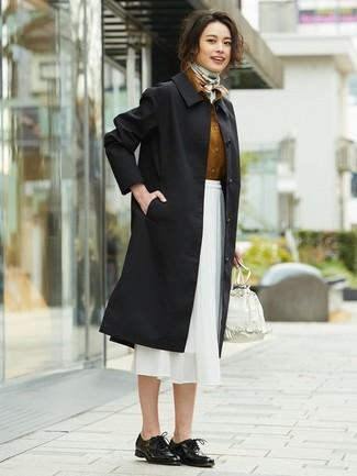Wie kombinieren: schwarzer Trenchcoat, rotbraunes Businesshemd, weißer Midirock aus Chiffon, schwarze Leder Oxford Schuhe