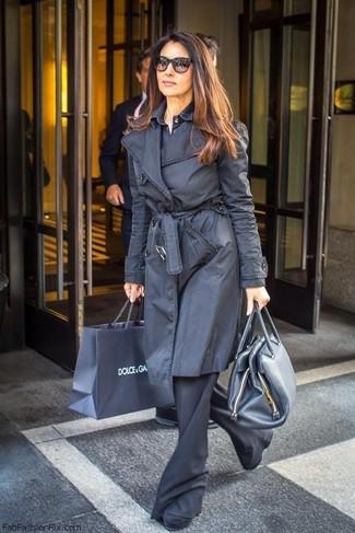 Wie kombinieren: schwarzer Trenchcoat, dunkelblaues Businesshemd, schwarze Schlaghose, schwarze Wildleder Stiefeletten