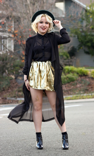 Wie kombinieren: schwarzer Leinen Trenchcoat, schwarzes Chiffon Businesshemd, goldener Skaterrock, schwarze Leder Stiefeletten