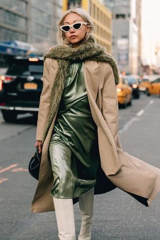 Wie kombinieren: beige Trenchcoat, mintgrünes Camisole-Kleid aus Satin, weiße kniehohe Stiefel aus Leder, schwarze Lederhandtasche