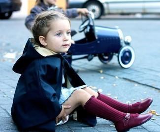 Wie kombinieren: dunkelblauer Trenchcoat, hellblaues Kleid, dunkelrote Ballerinas, dunkelrote Socke