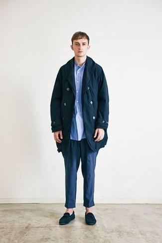 Herren Outfits 2021: Kombinieren Sie einen dunkelblauen Trenchcoat mit einer dunkelblauen Chinohose für einen für die Arbeit geeigneten Look. Dunkelblaue Wildleder Mokassins verleihen einem klassischen Look eine neue Dimension.