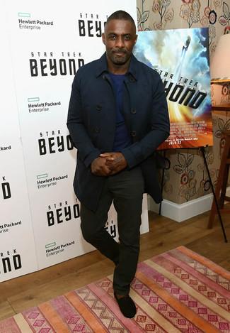 Idris Elba trägt Dunkelblauer Trenchcoat, Dunkelblauer Pullover mit Rundhalsausschnitt, Schwarze Chinohose, Schwarze Wildleder Espadrilles