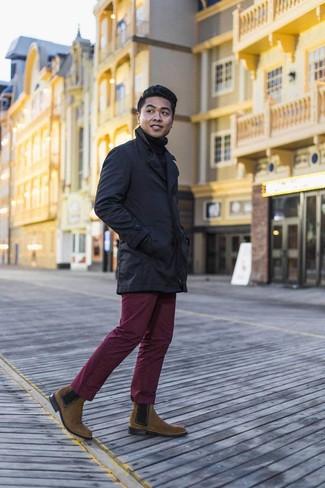 Dunkelblauen Trenchcoat kombinieren: trends 2020: Kombinieren Sie einen dunkelblauen Trenchcoat mit einer dunkelroten Chinohose für Ihren Bürojob. Fühlen Sie sich mutig? Entscheiden Sie sich für braunen Chelsea-Stiefel aus Wildleder.