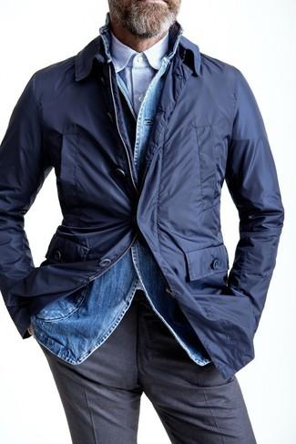 Hellblaues vertikal gestreiftes Langarmhemd kombinieren – 193 Herren Outfits: Vereinigen Sie ein hellblaues vertikal gestreiftes Langarmhemd mit einer grauen Anzughose für eine klassischen und verfeinerte Silhouette.