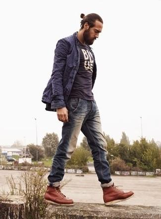 Wie kombinieren: dunkelblauer Trenchcoat, dunkelblaues und weißes bedrucktes T-Shirt mit einem Rundhalsausschnitt, dunkelblaue Jeans, rotbraune Lederfreizeitstiefel