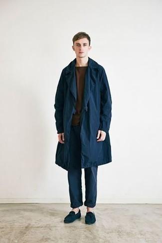 Smart-Casual warm Wetter Outfits Herren 2021: Paaren Sie einen dunkelblauen Trenchcoat mit einer dunkelblauen Chinohose, um einen eleganten, aber nicht zu festlichen Look zu kreieren. Bringen Sie die Dinge durcheinander, indem Sie dunkelblauen Wildleder Mokassins mit diesem Outfit tragen.