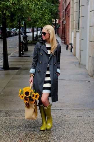 Beige Shopper Tasche aus Leder kombinieren – 274 Damen Outfits: Erwägen Sie das Tragen von einem dunkelgrauen Trenchcoat und einer beige Shopper Tasche aus Leder, um einen modischen Casual-Look zu zaubern. Wenn Sie nicht durch und durch formal auftreten möchten, entscheiden Sie sich für gelben Gummistiefel.