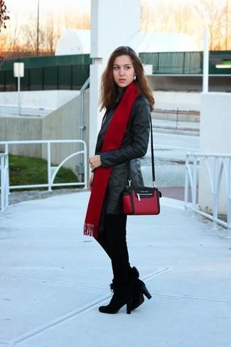 Wie kombinieren: schwarzer Leder Trenchcoat, schwarze enge Hose mit Hahnentritt-Muster, schwarze Wildleder Stiefeletten, rote und schwarze Leder Umhängetasche
