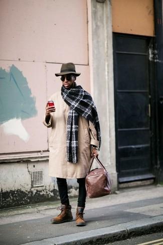 Wie kombinieren: beige Trenchcoat, schwarze enge Jeans, rotbraune Wildlederfreizeitstiefel, braune Leder Reisetasche