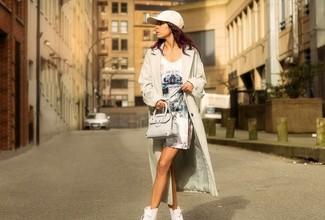 Hellbeige leichter Trenchcoat, Weißes bedrucktes Etuikleid, Weiße Hohe Sneakers, Hellbeige Leder Umhängetasche für Damen