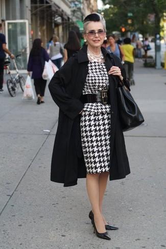 Wie kombinieren: schwarzer Trenchcoat, weißes und schwarzes Etuikleid mit Hahnentritt-Muster, schwarze Leder Pumps, schwarze Shopper Tasche aus Leder