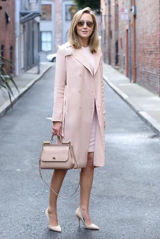 bad9566c3705 Wie kombinieren  rosa Trenchcoat, rosa Etuikleid, hellbeige Leder Pumps,  hellbeige Satchel- Braune Sonnenbrille ...