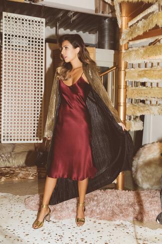 Wie kombinieren: goldener leichter Trenchcoat, dunkelrotes Camisole-Kleid aus Seide, goldene Leder Sandaletten, schwarze Leder Clutch