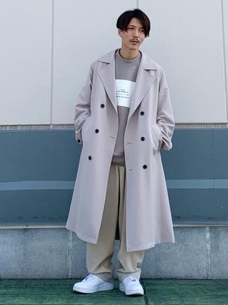 Graues bedrucktes Sweatshirts kombinieren – 88 Herren Outfits: Paaren Sie ein graues bedrucktes Sweatshirts mit einer hellbeige Chinohose für ein großartiges Wochenend-Outfit. Ergänzen Sie Ihr Look mit weißen Leder niedrigen Sneakers.