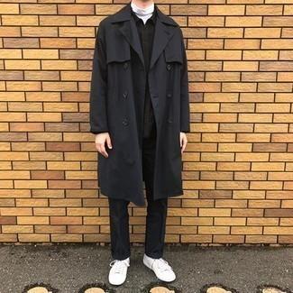Schwarze Harrington-Jacke kombinieren – 48 Herren Outfits: Kombinieren Sie eine schwarze Harrington-Jacke mit einer schwarzen Chinohose für ein sonntägliches Mittagessen mit Freunden. Weiße Segeltuch niedrige Sneakers verleihen einem klassischen Look eine neue Dimension.