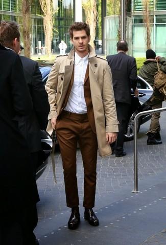 Wie kombinieren: hellbeige Trenchcoat, brauner Anzug, weißes Businesshemd, dunkelbraune Leder Oxford Schuhe